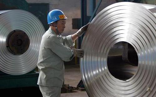 Công nhân sản xuất tại nhà máy sắt thép Trung Quốc